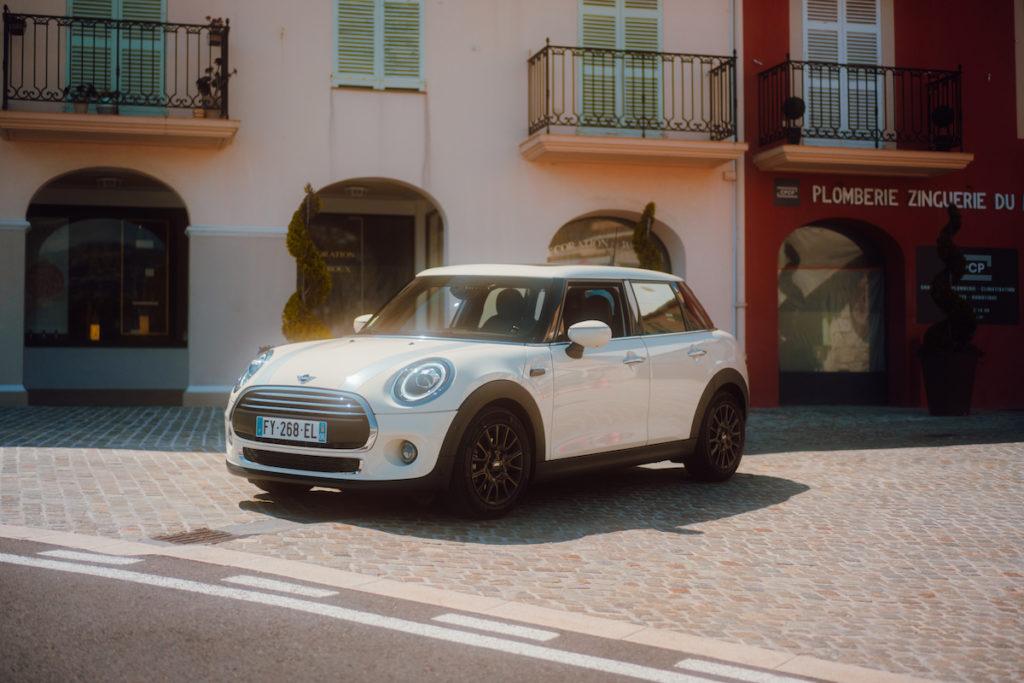Mini Hatch One blanche garée