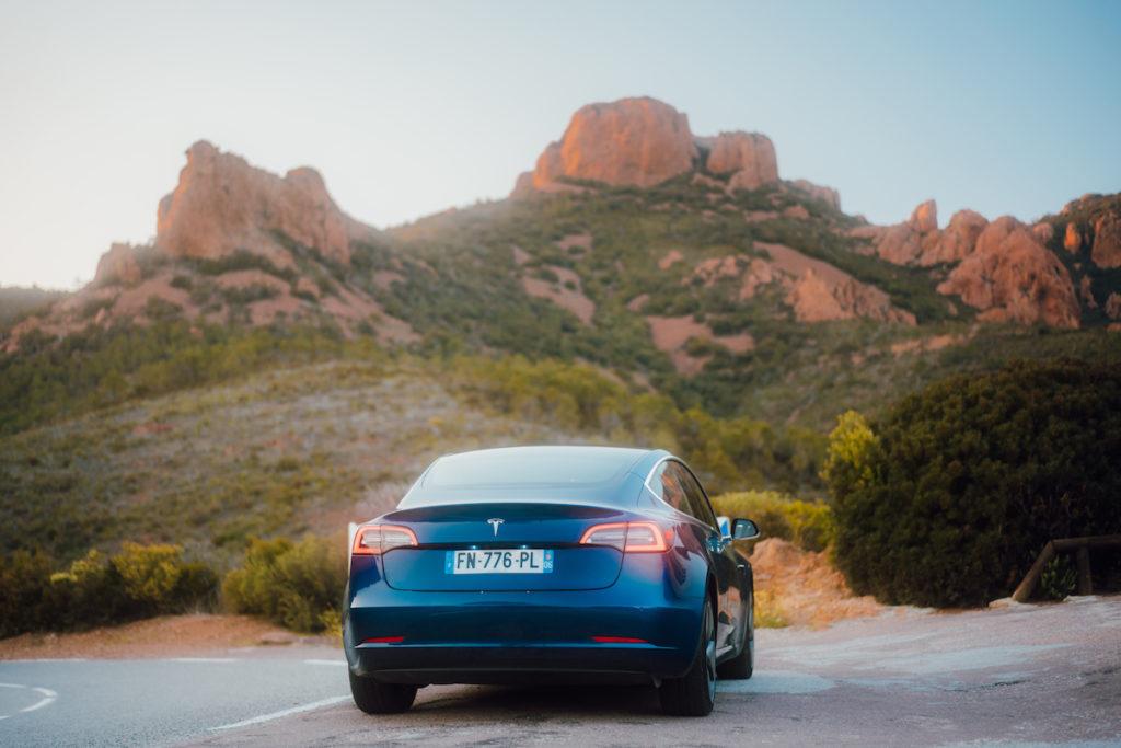 Arrière d'une Tesla bleue